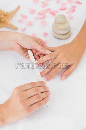 kosmetikerin einreichung naegel weiblichen kunden in