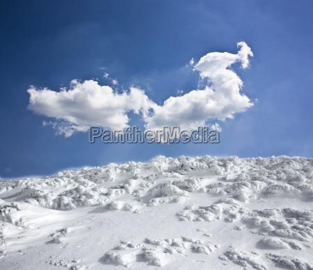 winterlandschaft mit schnee bedeckten huegel und