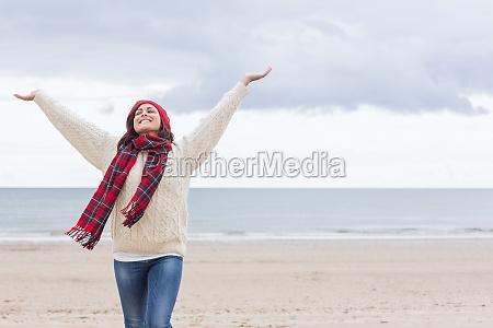 frau in warme kleidung stretching arme