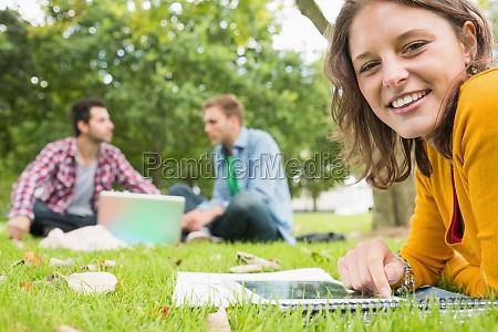 student der tablet pc waehrend maenner