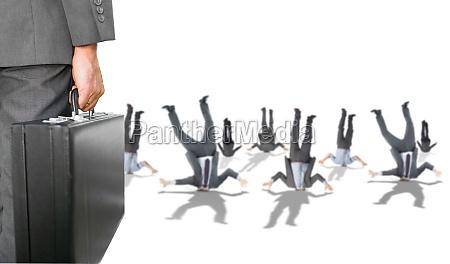 composite bild von geschaeftsmann halten aktenkoffer