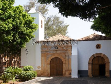 kirche mit prunkvollem portal in pajara
