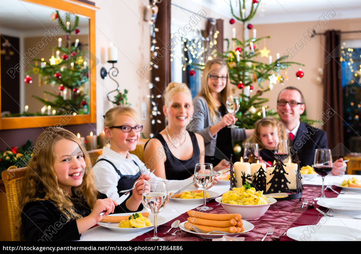 familie bei weihnachtsessen w rstchen und stock photo. Black Bedroom Furniture Sets. Home Design Ideas
