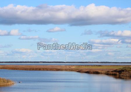 daenischer fjord mit windmuehlen am horizont