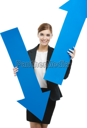 geschaeftsfrau haelt einen blauen pfeil