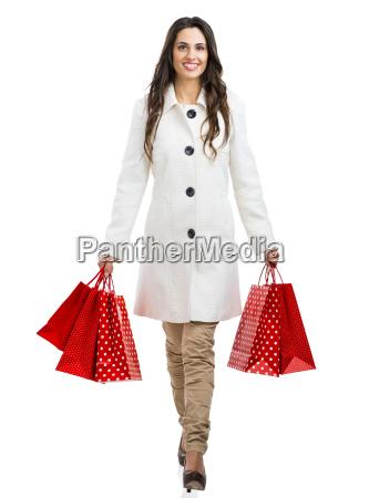 schoene frau mit einkaufstaschen