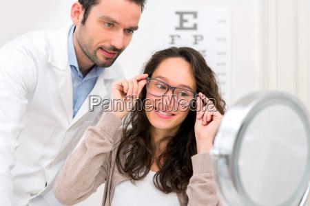 optiker helfen eine frau die aus