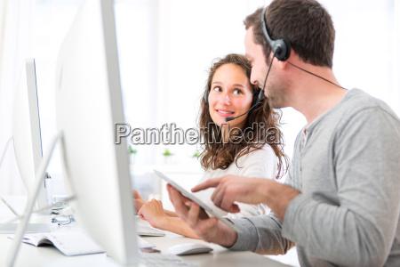 co workers auf einer call center
