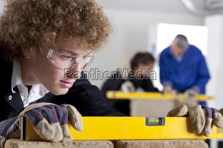 student mit niveau in maurerberufsschule