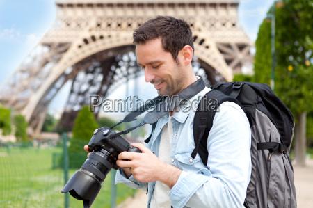 junge attraktive touristische aufnahmen in paris
