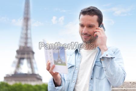 junge attraktive touristen lesen einen fuehrer