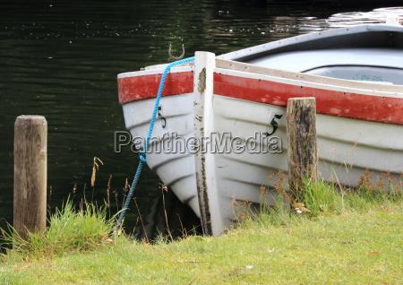 ruderboot im wasser auf demrasen