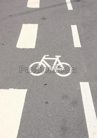 vertikale fahrrad zeichen auf asphalt mit