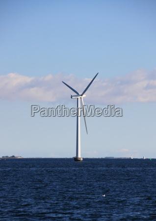 einzelne, seewindmühle, mit, dunkelblauem, wasser, und - 12886494