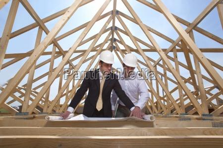 architekten ueberpruefung blaupausen auf der baustelle