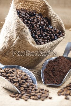 stillleben von kaffeebohnen in jute tasche