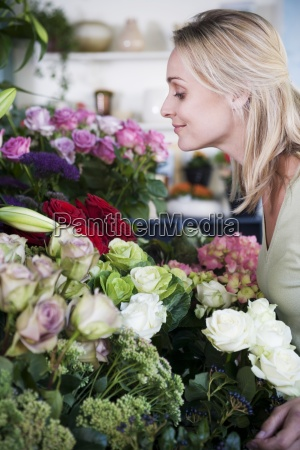 woman arrangement job inside flower flowers