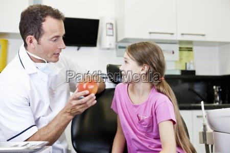 ein maennlicher zahnarzt erklaeren gesunde ernaehrung