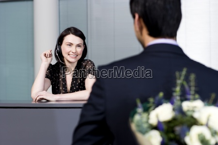 donna ufficio risata sorrisi presentare saluti