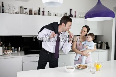 una coppia e il loro figlio