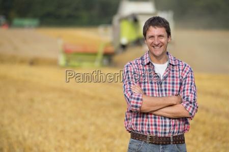 landwirt im feld als hafer ernte