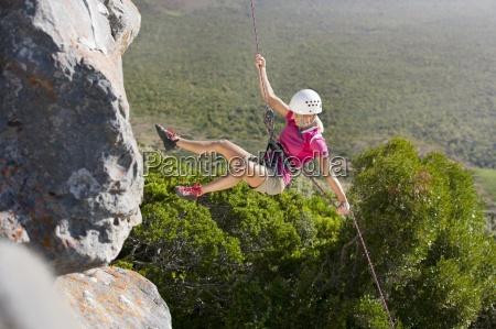 weibliche kletterer abseilen felswand