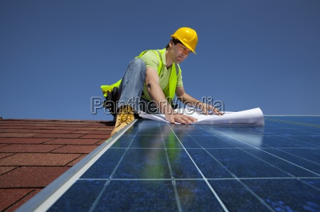 ingenieur pruefung blaupausen auf solarpanel auf
