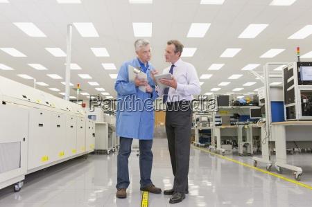 ingenieur und manager treffen mit zwischenablage