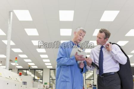 ingenieur und manager blick auf zwischenablage