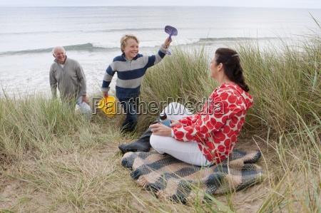 grosseltern und enkel die picknick im
