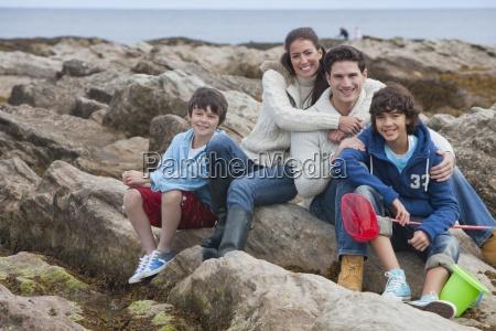 familie erforscht rockpools zusammen