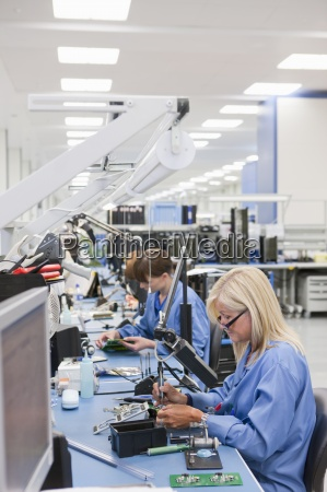 techniker, arbeiten, am, fließband, in, hallo-tech-elektronikwerk - 12915444