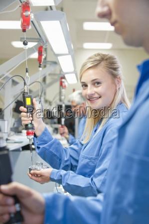 portraet des laechelnden technikers der elektroschrauber