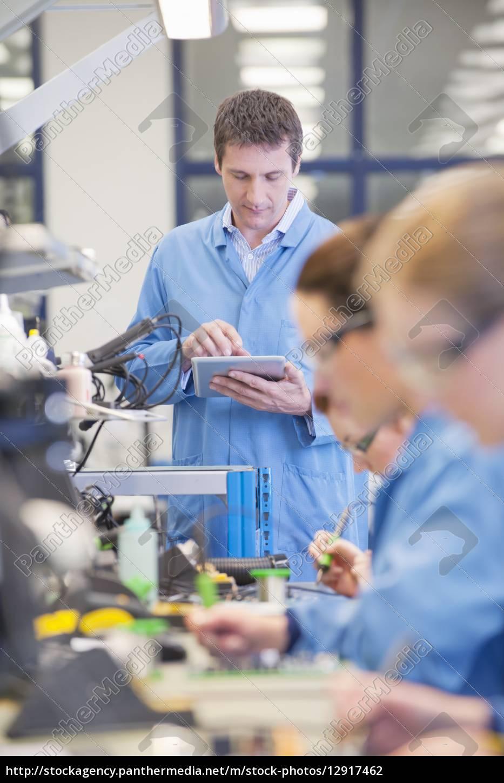 betreuer, mit, digitalen, tablette, produktionslinie, in - 12917462