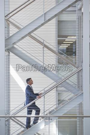 geschaeftsmann aufsteigender treppen im buero