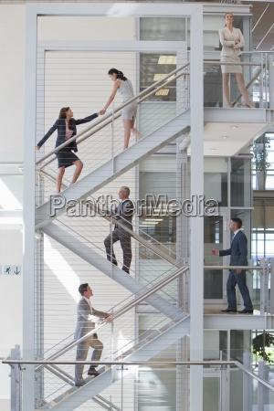 geschaeftsleute die treppen im buero