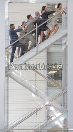 verbunden geschaeftsleute die treppen im buero