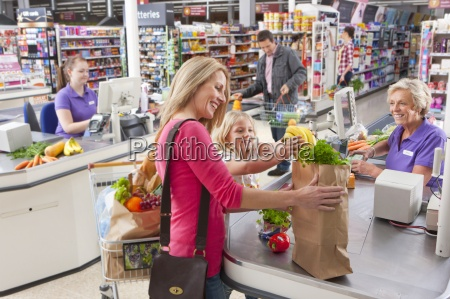 busy supermarktkassen