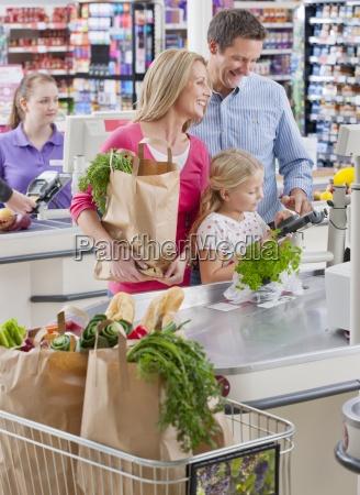 familien bezahlen fuer den einkauf bei