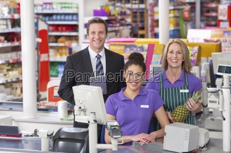 portraet des supermarktes an der kasse