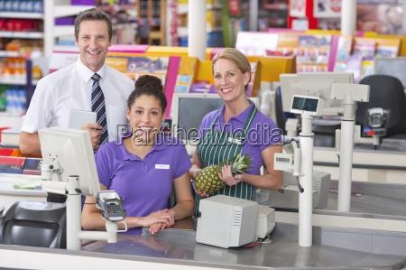 portraet von supermarkt mitarbeiter an der