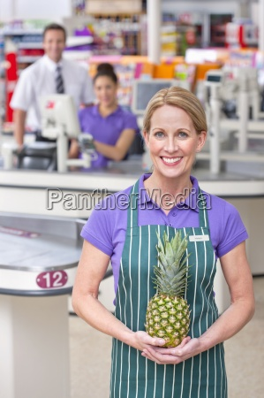 portrait supermarkt mitarbeiter an der kasse