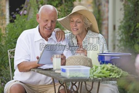 aeltere paare auf patio online kauf