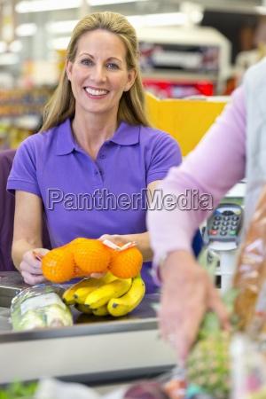 kassierer in der supermarktkasse