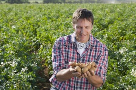 hand haende landwirtschaft ackerbau feld sommer