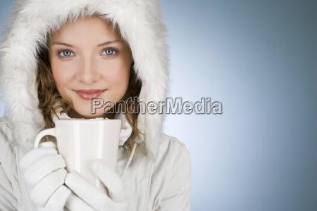 eine junge frau die einen wintermantel