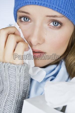 eine junge frau zu weinen die