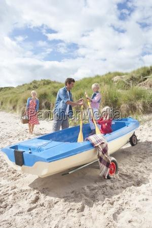 familie mit paddel und boot am