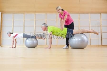 personal trainer helfen senior mann gleichgewicht