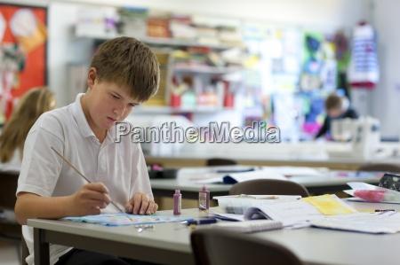 boy malerei im klassenzimmer
